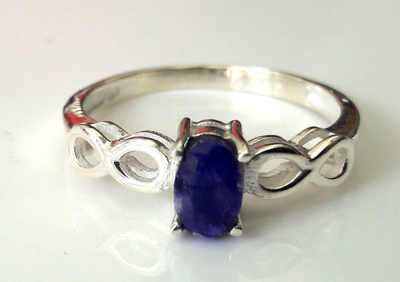 Sapphire 8 shoulder ring